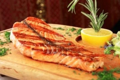 Стейк лосося на гриле под соусом